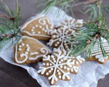 имбирное печенье с рисунками из белой глазури на столе
