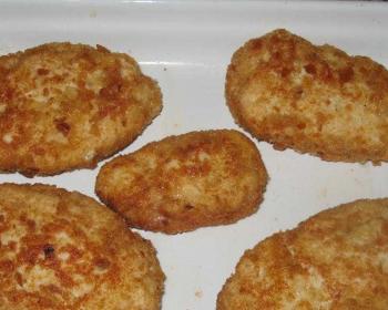 котлеты Папараць кветка с сыром, обжаренные до золотистого цвета, лежат на белой тарелке