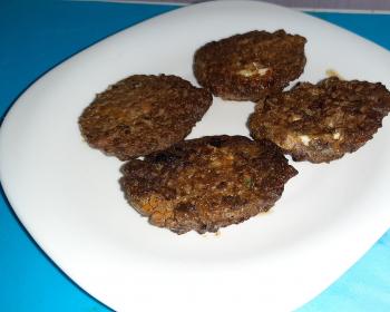 котлеты из говяжьей печени в квадратной белой тарелке на столе