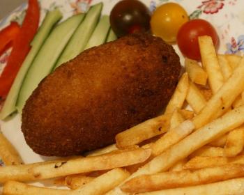 котлета с жареной картошкой и свежим огурцом