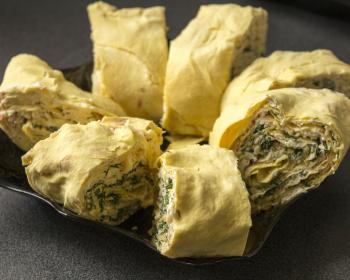 порционные рулетики из лаваша с крабовым салатом