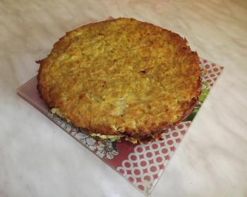 картофельный кугель в квадратной тарелке на столе