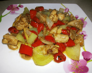 жареные кусочки курицы с овощами