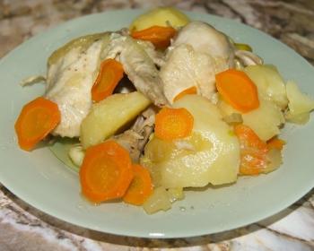 широкая белая тарелка с овощами и курицей по-татарски