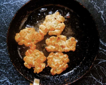 куриные оладьи с сыром в сковороде на столе