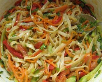 лапша удон с овощами с соевым соусом в миске
