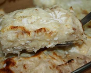 ленивая ачма из лаваша с сыром, нарезанная кусочками