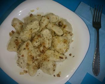 ленивые картофельные вареники, присыпанные жареным луком и перцем