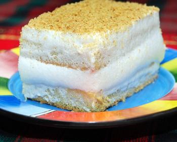 прямоугольный кусочек лимонного торта на прямоугольной тарелке