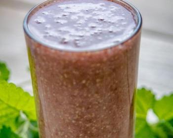 льняной ягодный кисель в стеклянной стакане на столе