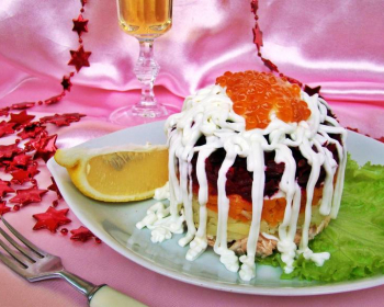 слоеный салат из лосося под шубой из свеклы, моркови и картофеля, политого майонезом и украшенного красной икрой, на белой плоской тарелке с зеленью и долькой лимона на столе, рядом вилка