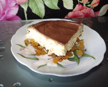 треугольный кусочек львовского сырника в тарелке на столе