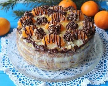 мандариновый торт из коржей, смазанных кремом, украшенный дольками мандаринов и грецкими орехами, политыми шоколадом, на стеклянной тарелке на столе, на фоне еловые ветки и целые мандарины