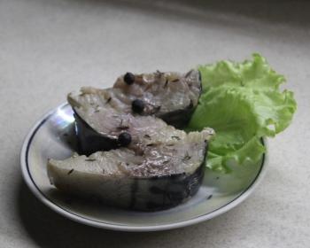маленькая тарелочка с кусочками маринованной скумбрии и листом салата