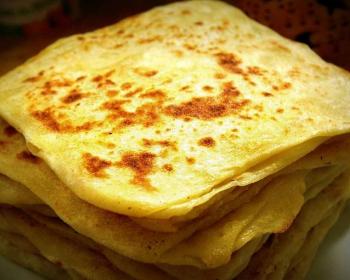 слоеные марокканские лепешки, сложенные стопкой в тарелке