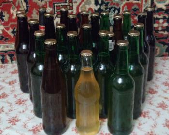 медовуха на дрожжах в бутылках на столе