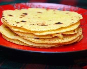 мексиканские лепешки тортильи стопкой в тарелке на столе