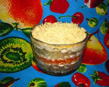 слоеный салат Мимоза с плавленым сыром