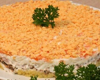 слоеный салат мимоза из шпрот, моркови, яиц и майонеза, украшенный зеленью, на белой плоской тарелке