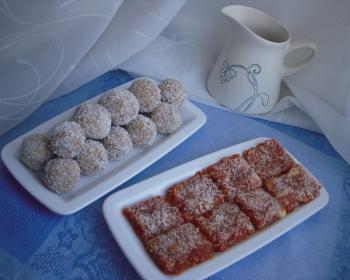 на столе стоит прямоугольная тарелка с оранжевыми морковными конфетами джезерье, рядом стоит прямоугольная тарелка с круглыми конфетами, рядом стоит маленький кувшин