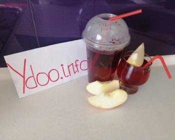 два стакана с трубочками с налитыми в них морсом из яблок и ягод, рядом яблочные дольки