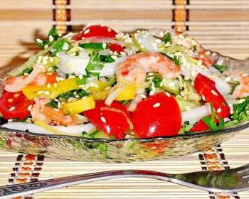 морской салат с кальмарами, креветками и овощами, присыпанный кунжутом, в тарелке в форме рыбы