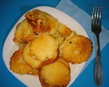 оладьи с начинкой из картофельного пюре, выложенные горкой в белой квадратной тарелке