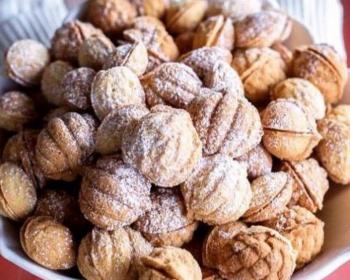 горка орешков со сгущенкой, приготовленных в орешнице, на тарелке