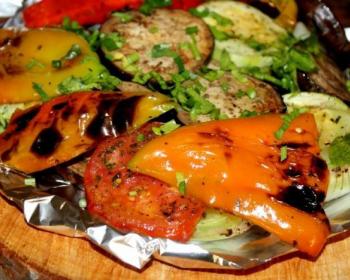 жареные овощи в фольге в миске