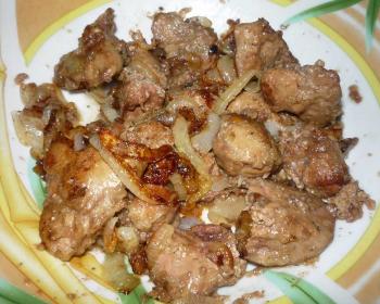 печень куриная жареная с луком на тарелке
