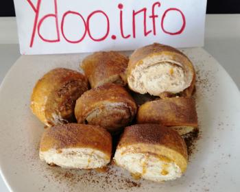 армянское печенье гата в круглой белой тарелке на столе