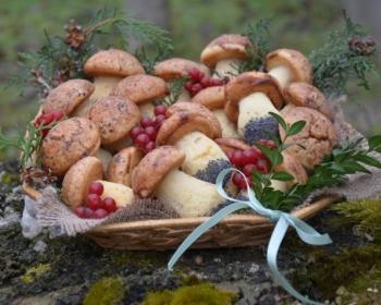 печенье грибочки в глазури с маком в корзине