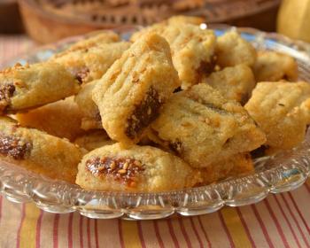 печенье с финиками в хрустальной тарелке на столе, застеленном скатертью