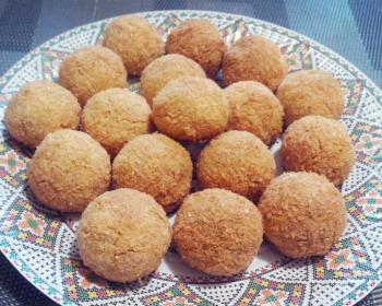 печенье из кокосовой стружки в виде шариков в тарелке на столе