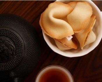 запеченное печенье с предсказаниями в белой миске на столе