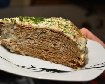 треугольный кусочек печеночного торта из говяжьей печени, присыпанный зеленью