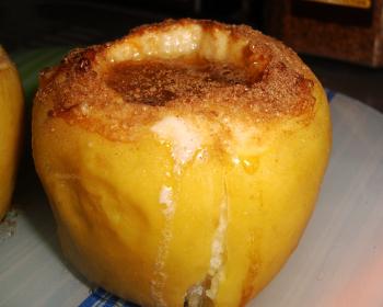 печеное зеленое яблоко с медом и корицей на столе