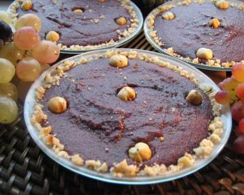 3 тарелки пеламуши, украшенных орехами