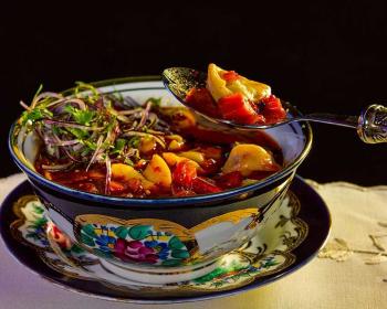 пельмени по-узбекски, поданные в глубокой тарелке в качестве супа
