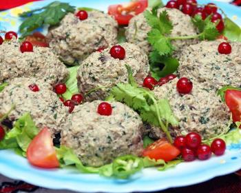 пхали из баклажанов в тарелке, урашенное зеленью, кусочками помидоров черри и ягодами красной смородины