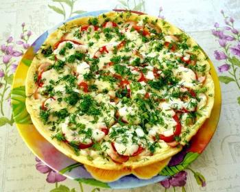пицца-пятиминутка, приготовленная на сковороде, лежит в тарелке, присыпанная свежей зеленью