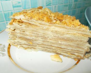 кусок слоеного постного торта, смазанного кремом