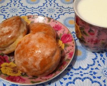 пряники на рассоле в блюдце с чашечкой молока