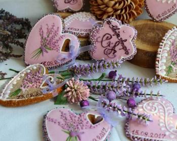 пряники в форме сердца на столе с сухоцветом