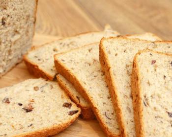 ломтики пшенично-ржаного хлеба, приготовленного в хлебопечке, с изюмом и семечками подсолнуха