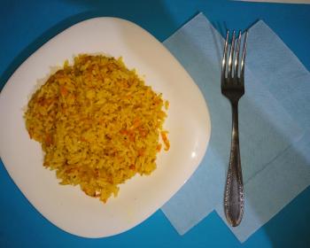 рис, тушеный на сковороде с луком и морковью