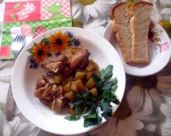 рябчики, тушеные с грибами и кабачками, в тарелке со свежей зеленью, рядом тарелка с двумя ломтиками хлеба
