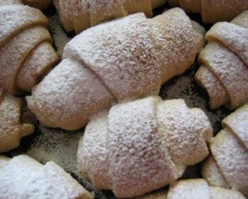 рогалики с мармеладом внутри, посыпанные сверху сахарной пудрой