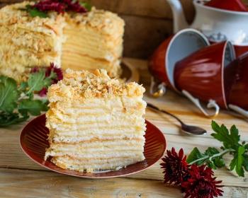 кусочек рубленного торта на тарелке
