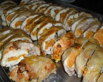 нарезанная порционно руляда из курицы на противне